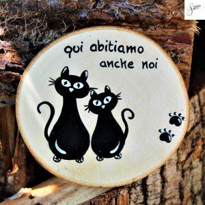 targhetta-legno-rotonda-dipinta-a-mano-coppia-gatti-seduti