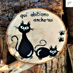 targhetta-legno-rotonda-dipinta-a-mano-coppia-gatti-seduto-e-disteso