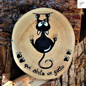 targhetta-legno-rotonda-dipinta-a-mano-gatto-appeso
