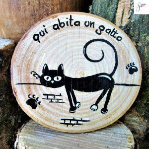 targhetta-legno-rotonda-dipinta-a-mano-gatto-cavalcioni
