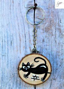portachiavi-legno-dipinto-a-mano-gatto-cavalcioni
