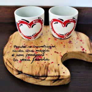 Tazzine-ceramica-vassoio-legno-cuori-rossi-aforisma