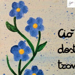 targhetta-in-legno-moderna-dipinta-a-mano-fiori-azzurri-13x13cm-dettaglio