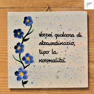 targhetta-in-legno-moderna-dipinta-a-mano-fiori-azzurri-13x13cm-v2