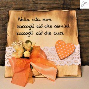 targhetta-legno-da-appoggio-con-aforisma-fiori-fiocco-arancione