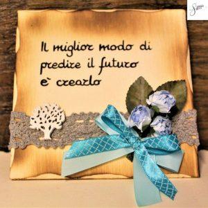 targhetta-legno-da-appoggio-con-aforisma-fiori-fiocco-azzurro-v3