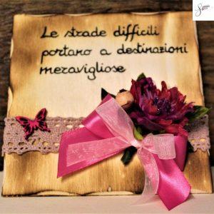 targhetta-legno-da-appoggio-con-aforisma-fiori-fiocco-fuxia