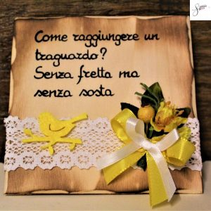 targhetta-legno-da-appoggio-con-aforisma-fiori-fiocco-giallo