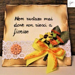 targhetta-legno-da-appoggio-con-aforisma-fiori-fiocco-giallo-v2