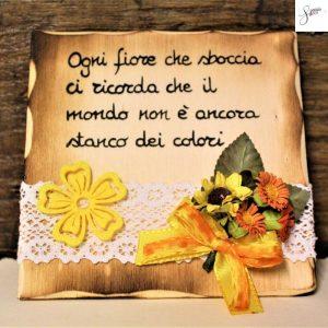 targhetta-legno-da-appoggio-con-aforisma-fiori-fiocco-giallo-v3