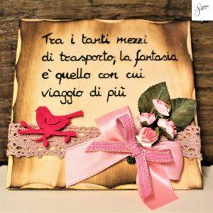 targhetta-legno-da-appoggio-con-aforisma-fiori-fiocco-rosa