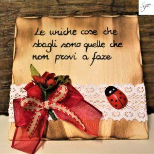 targhetta-legno-da-appoggio-con-aforisma-fiori-fiocco-rosso