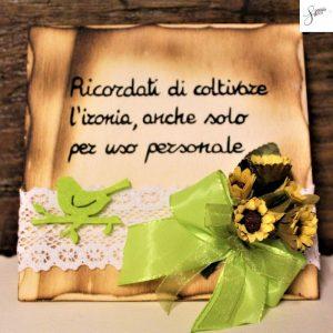 targhetta-legno-da-appoggio-con-aforisma-fiori-fiocco-verde