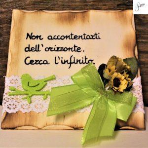 targhetta-legno-da-appoggio-con-aforisma-fiori-fiocco-verde-v2