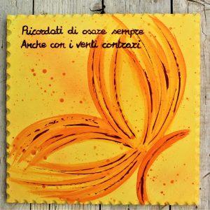 targhetta-legno-dipinta-a-mano-farfalla-gialla-20x20cm