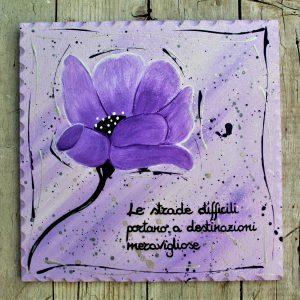 targhetta-legno-dipinta-a-mano-fiore-viola-20x20cm