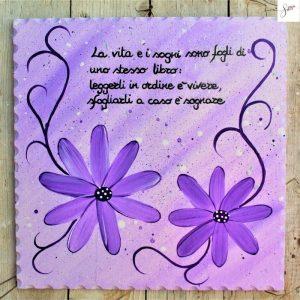 targhetta-legno-dipinta-a-mano-margherite-viola