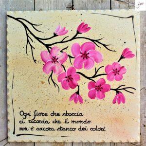 targhetta-legno-dipinta-a-mano-ramo-fiori-rosa