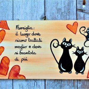 targhetta-legno-moderna-dipinta-a-mano-gatti-famiglia-cuori-arancio