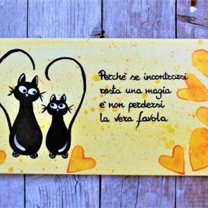 targhetta-legno-moderna-dipinta-a-mano-gatti-innamorati-cuori-gialli