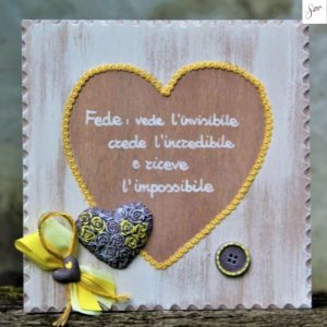 targhetta-legno-shabby-dipinta-a-mano-cuore-giallo