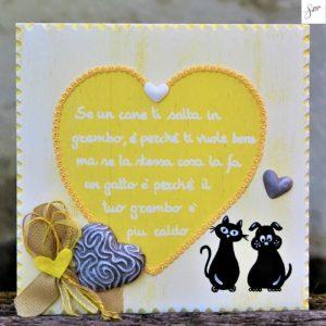 targhetta-legno-shabby-dipinta-a-mano-cuore-giallo-cane-gatto-seduti