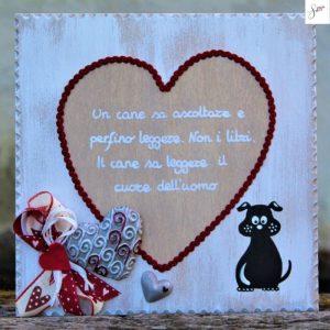 targhetta-legno-shabby-dipinta-a-mano-cuore-rosso-cane-seduto