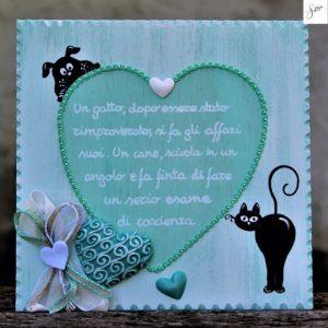 targhetta-legno-shabby-dipinta-a-mano-cuore-verde-cane-gatto