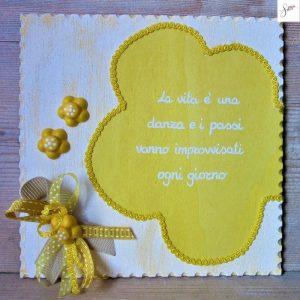 targhetta-legno-shabby-dipinta-a-mano-fiore-giallo