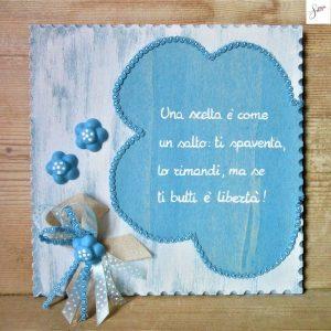 targhetta-legno-shabby-dipinta-a-mano-fiore-azzurro