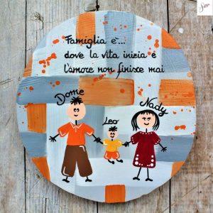 targhetta-legno-dipinta-a-mano-family-arancione